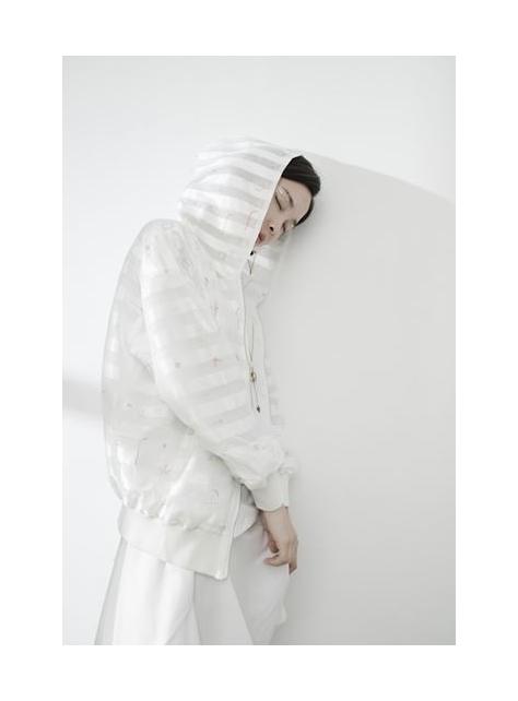 白色窗框 線條交錯連帽外套